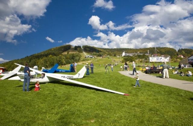 W roku 1935 z inicjatywy Ligi Obrony Powietrznej i Przeciwgazowej u podnóża góry powstało szybowcowe lotnisko Żar.